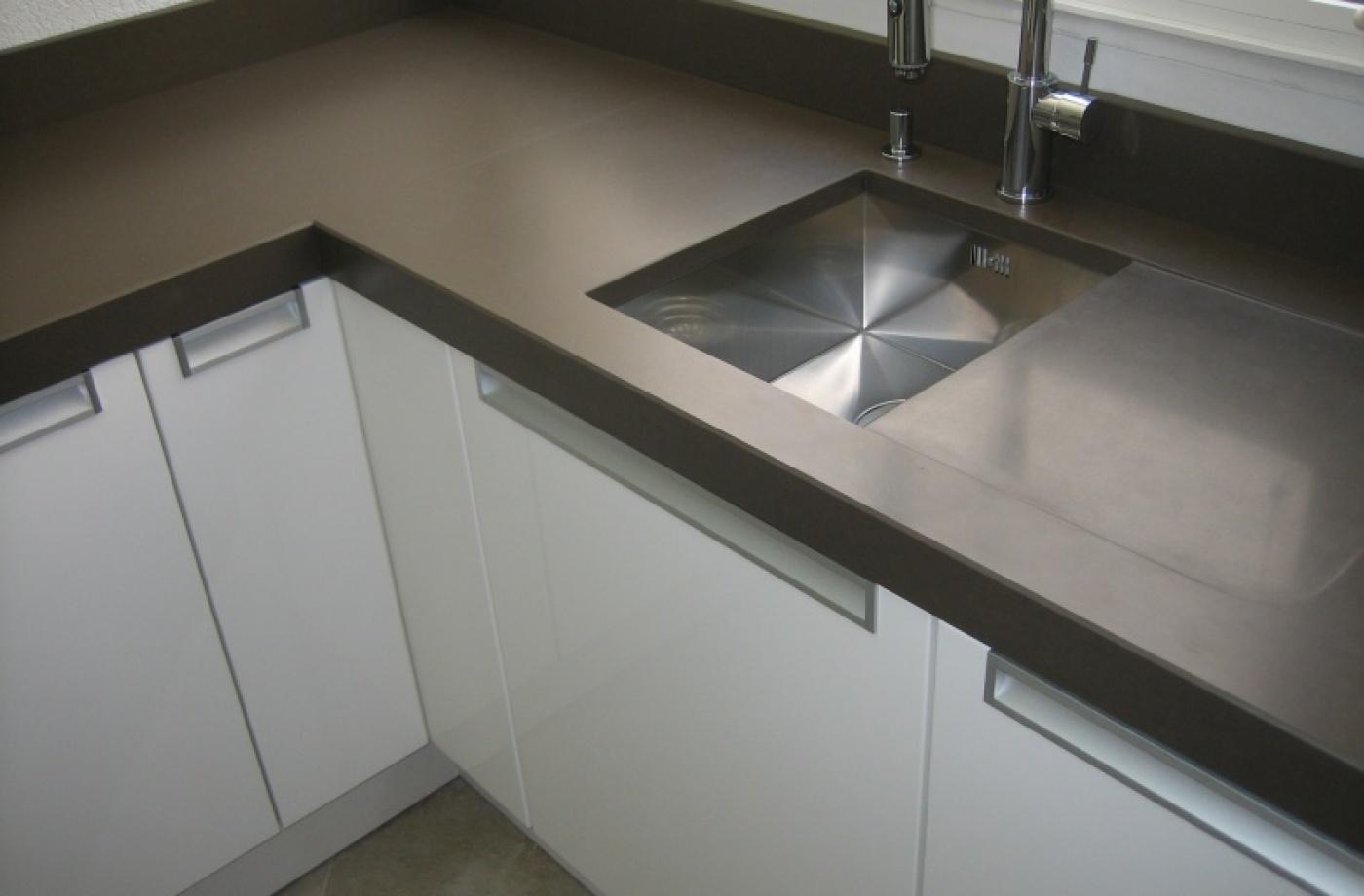Granit plan de cuisine en quartz avec evier inox et egouttoir décaissé quartz Noce finition cuir