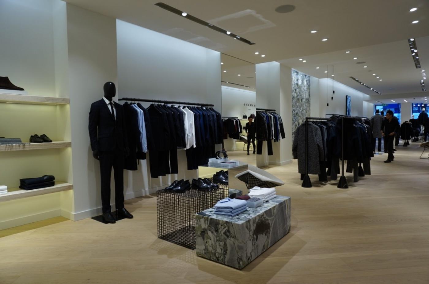 Réalisation de cube en marbre white beauty pour les boutiques Sandro.