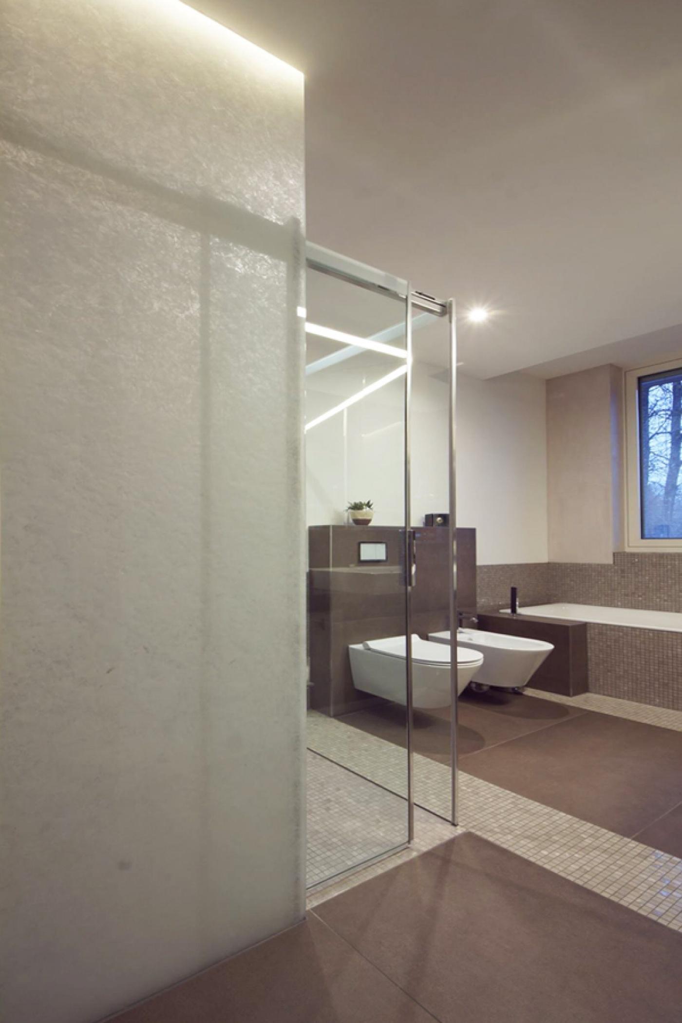 Cloison verre translucide pour salle de bains moderne
