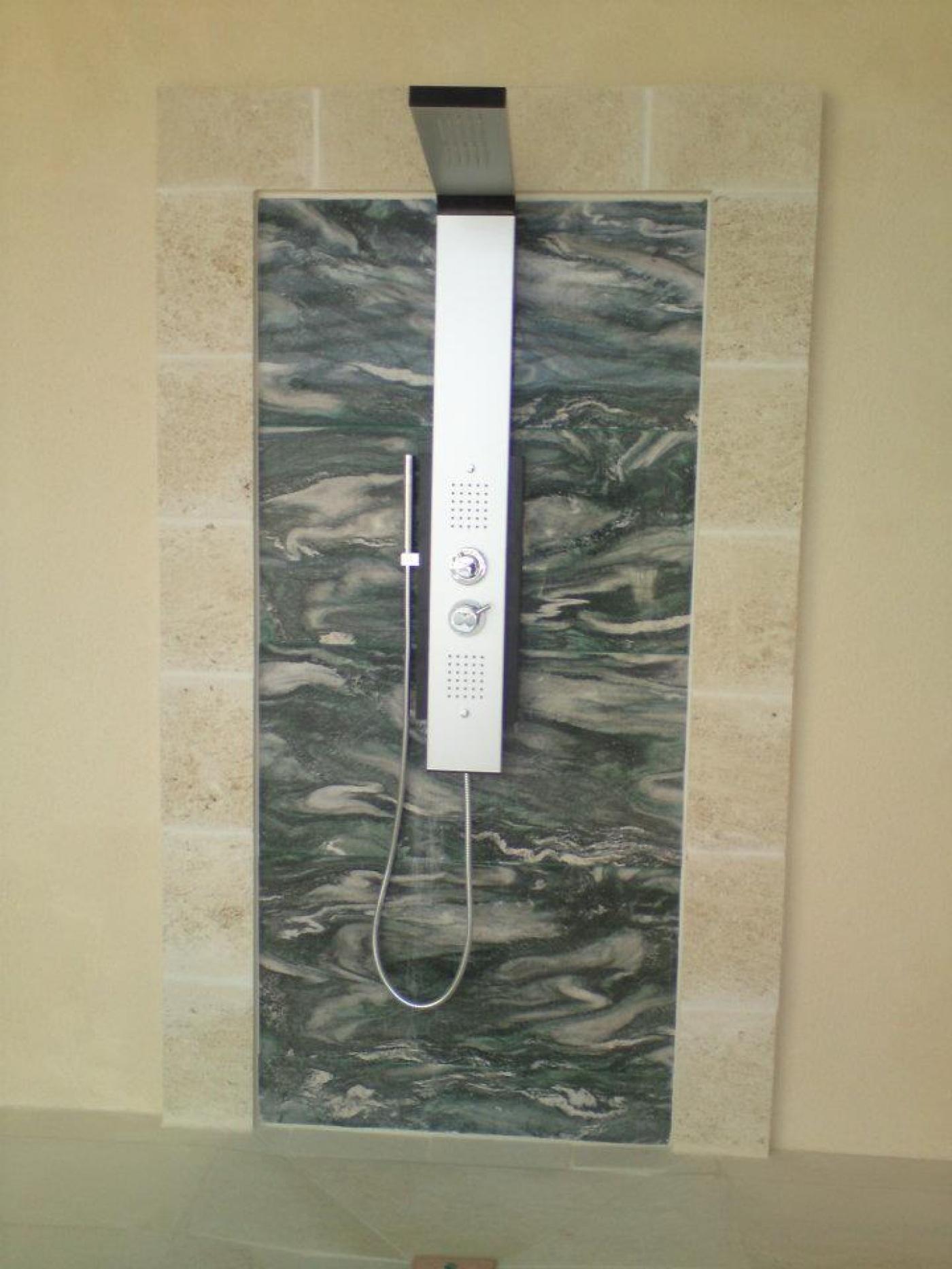 Revêtement de mur de douche en Lappia Green en bandes de 40cm finition poli. Chantier à Pont du Casse (47).