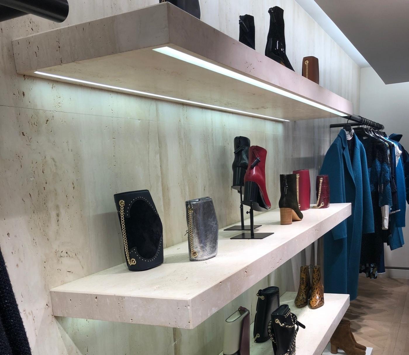 Fabrication étagères en marbre avec éclairage par rubans led. Fourniture façonnage et pose pour les Magasins Sandro (Groupe SMCP). Chantier Regent Street London Uk