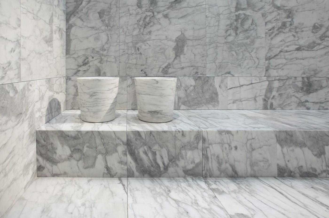 Revêtement et éléments massifs en Statuario venato adouci