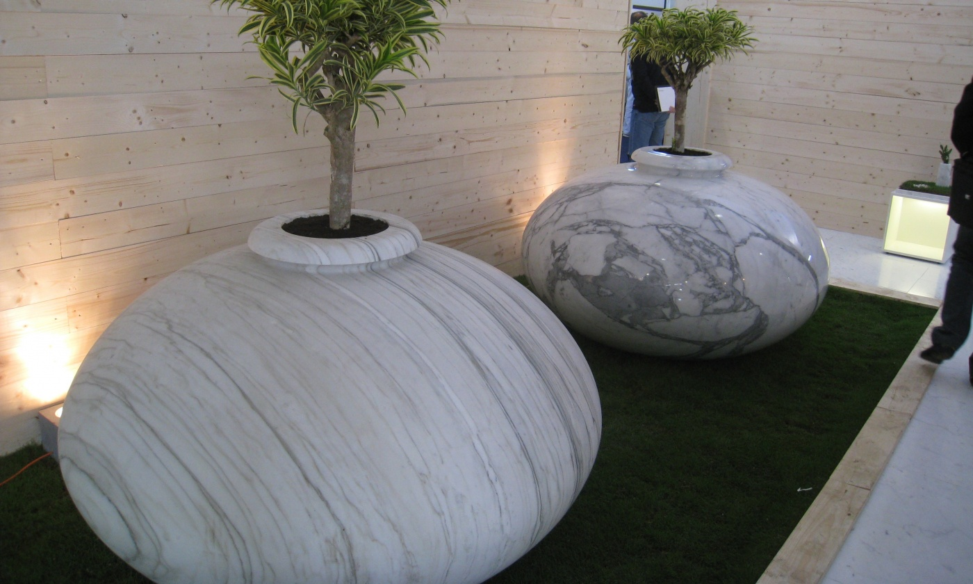 Jardinière massive sur mesure en marbre blanc Calacatta Livraison et pose à Ramatuel (Var)