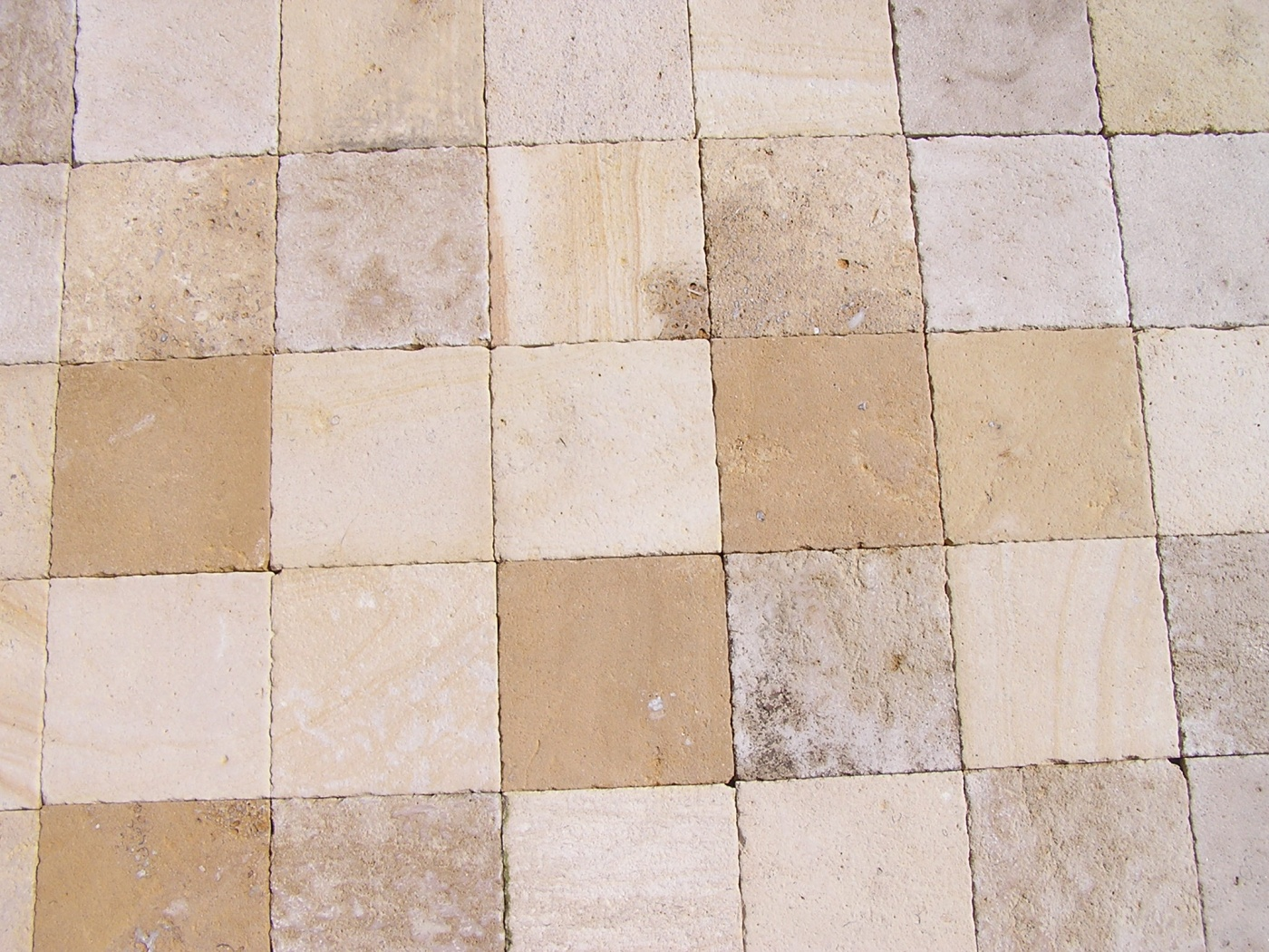 Mix of Frech limestone from Chatillonnais. Antic finish paving 20x20x2cm