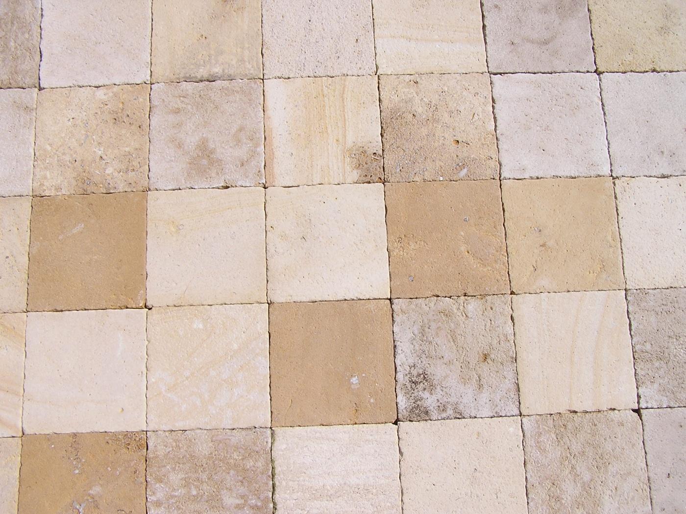 Mélange de pierres du Chatillonnais. Pavés finition antique (bouchardé brossé) 20x20x2cm