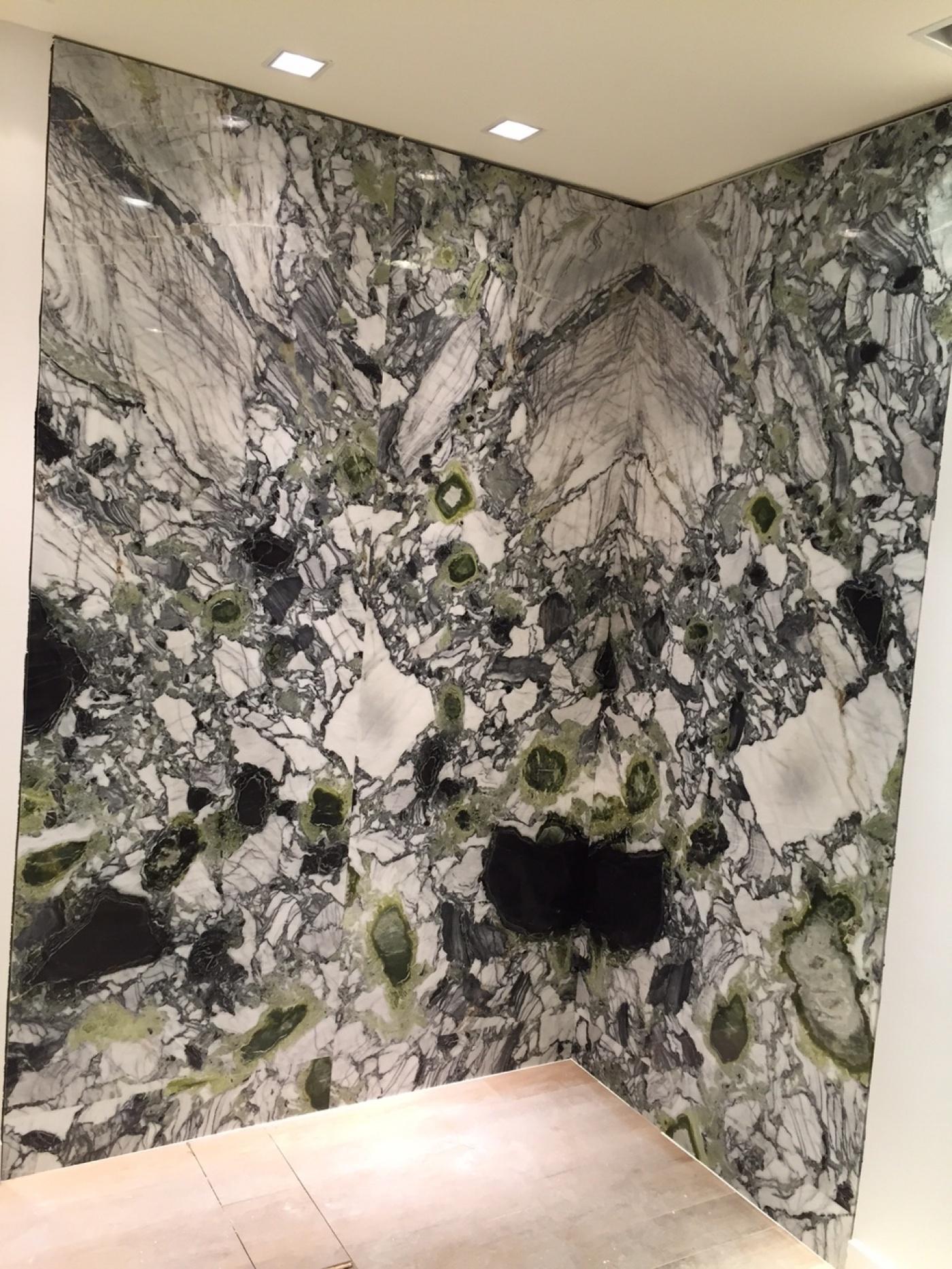 Fourniture et pose de marbre White Beauty pour Sandro Paris. Magasin à Marseille