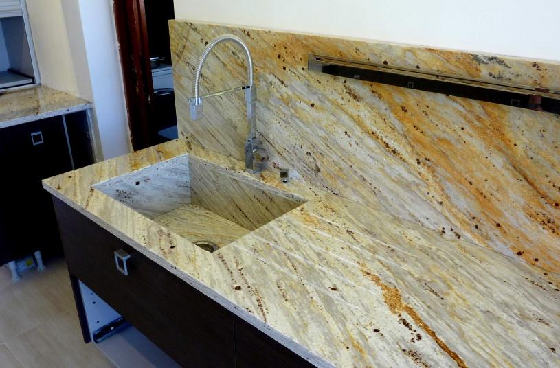 Composite Quartz Plan de travail de avec vasque sous plan en Granit Gold River. Projet réalisé au Lavandou (83)