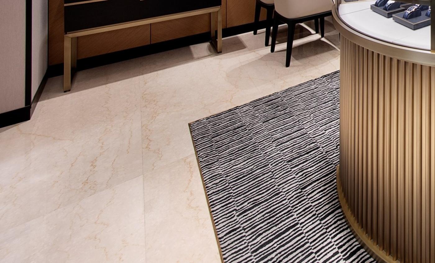 Revetement de sol sur mesure pour Vacheron Constantin.  Ici la boutique de Dubai Mall of Emirates La marbrerie de la crau est le specialiste des secteurs du luxe et du retail.