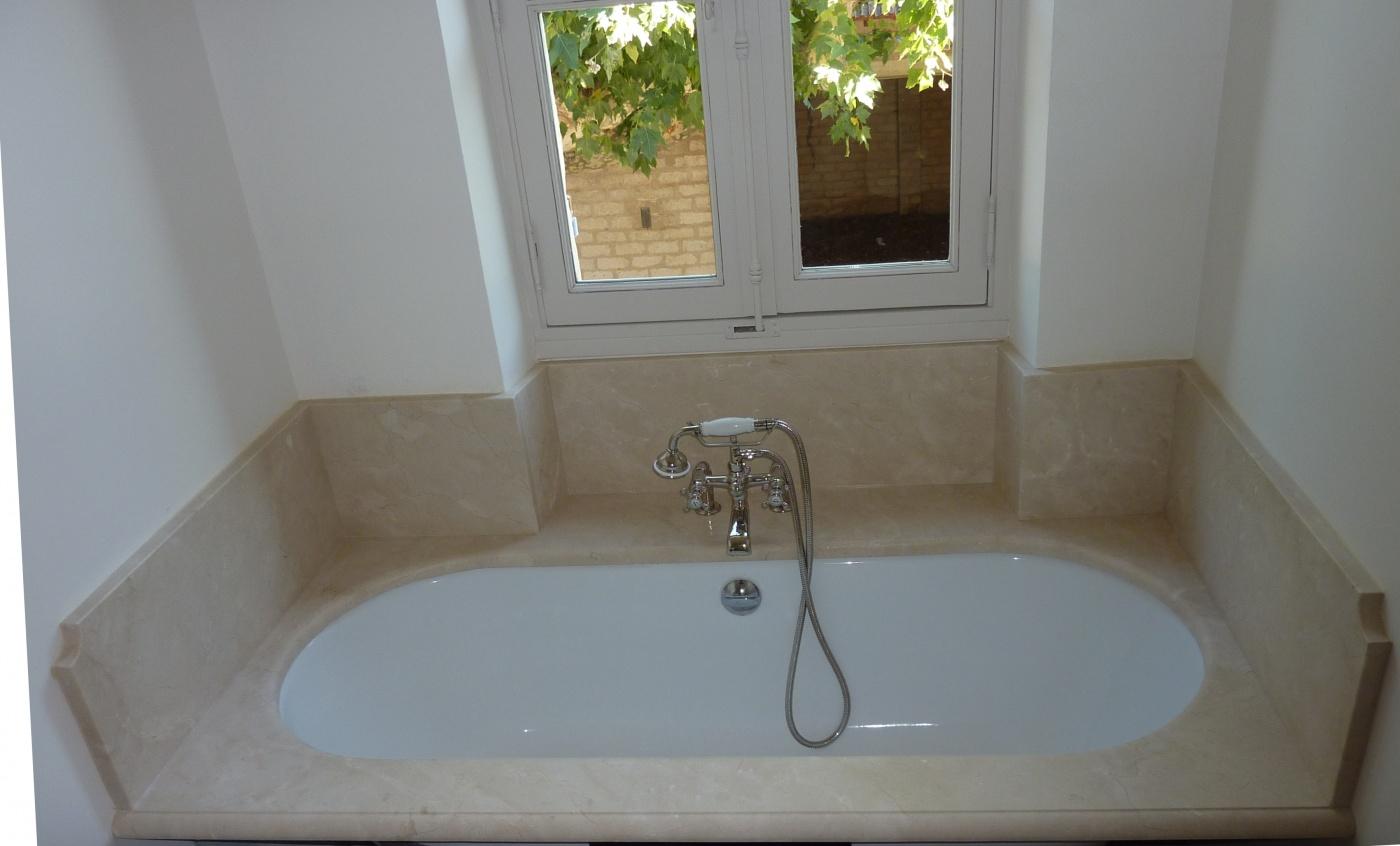 mur de douche en marbre blanc carrare mat livraison et pose de salle de bains a toulon var. Black Bedroom Furniture Sets. Home Design Ideas