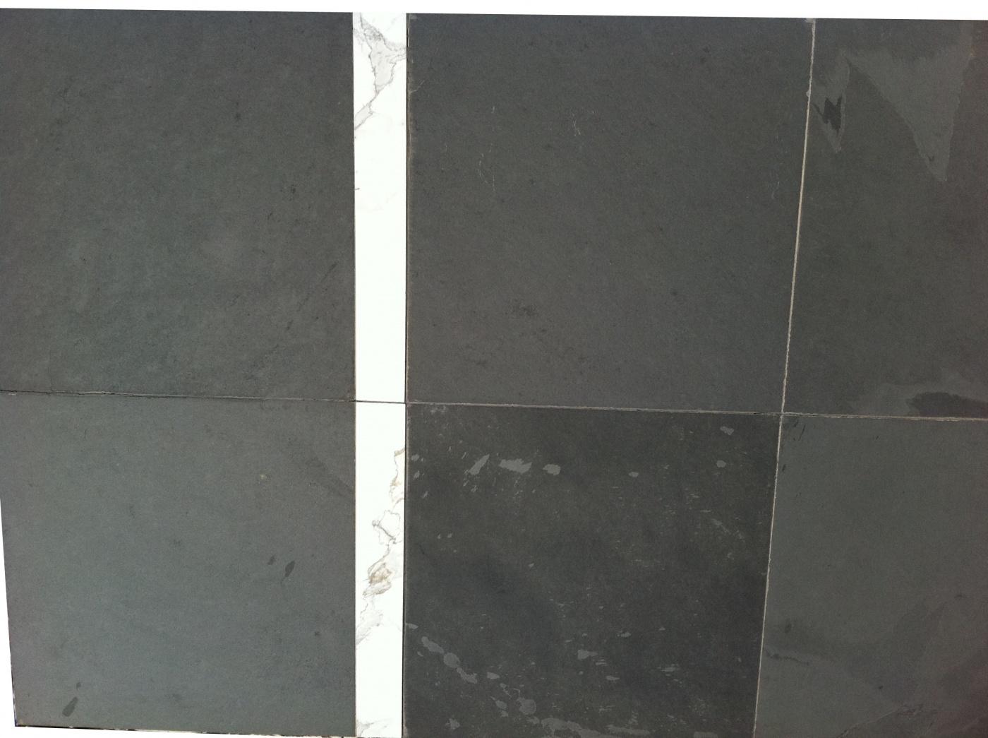 Dallage Ardoise noire clivée 60x60. Revêtement de sol moderne et intemporel.
