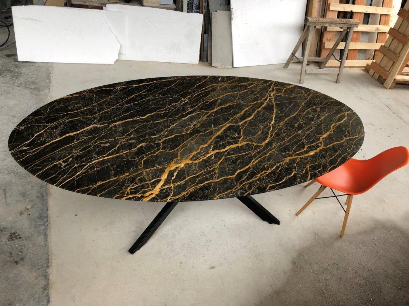 Table type knoll en marbre noir port laurent poli Finition aile d'avion Pieds central mikado en acier laqué noir