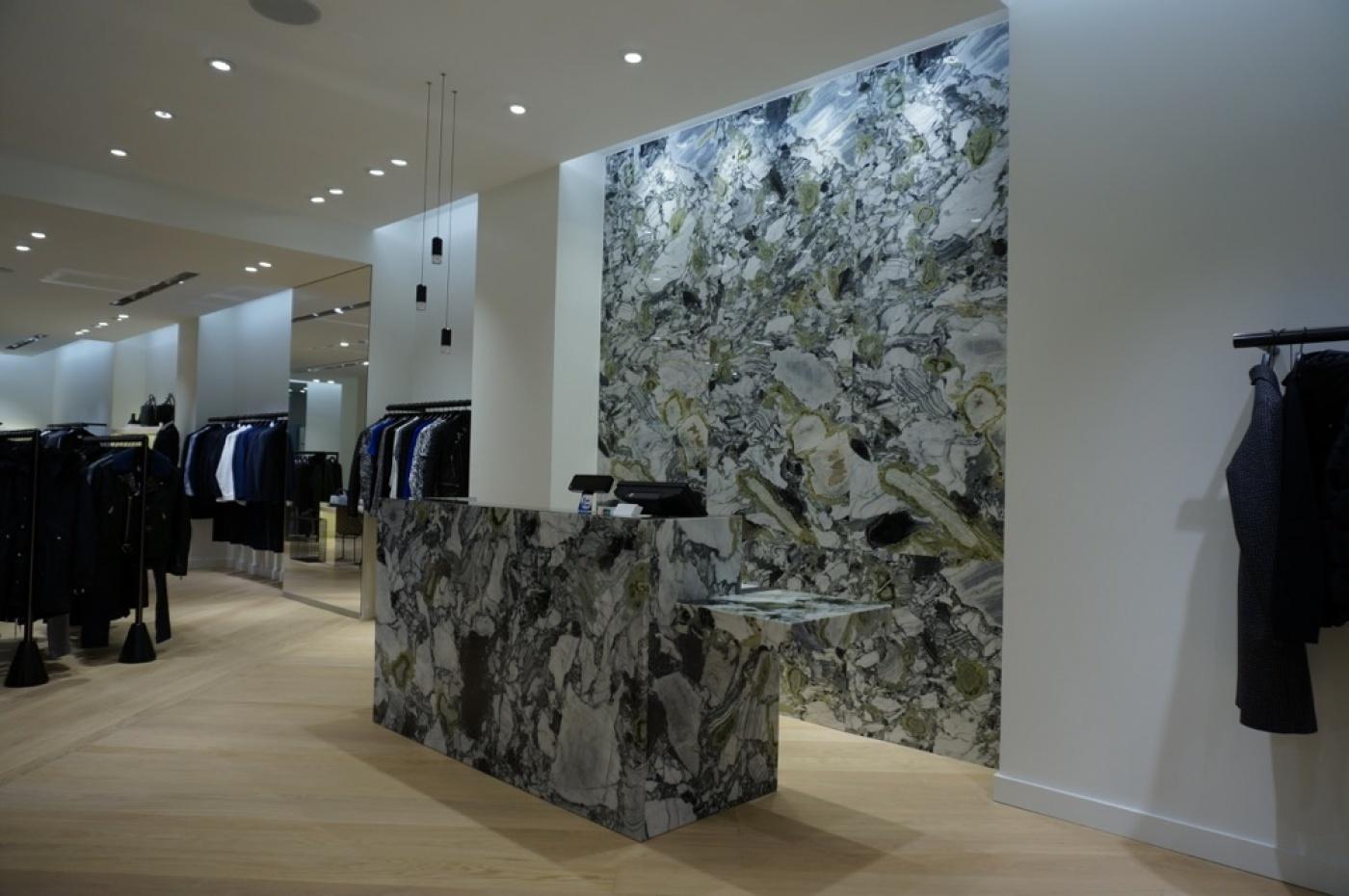 Habillage mur et meuble caisse pour Sandro Paris. Boutique à Covent Garden Londres