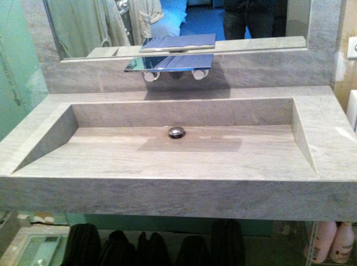Encadrement de miroir, et vasque en Bleu de Savoie avec forme de pente style lavoir. Collage en onglet avec coupe à 45°.  Fourniture et pose à Marseille