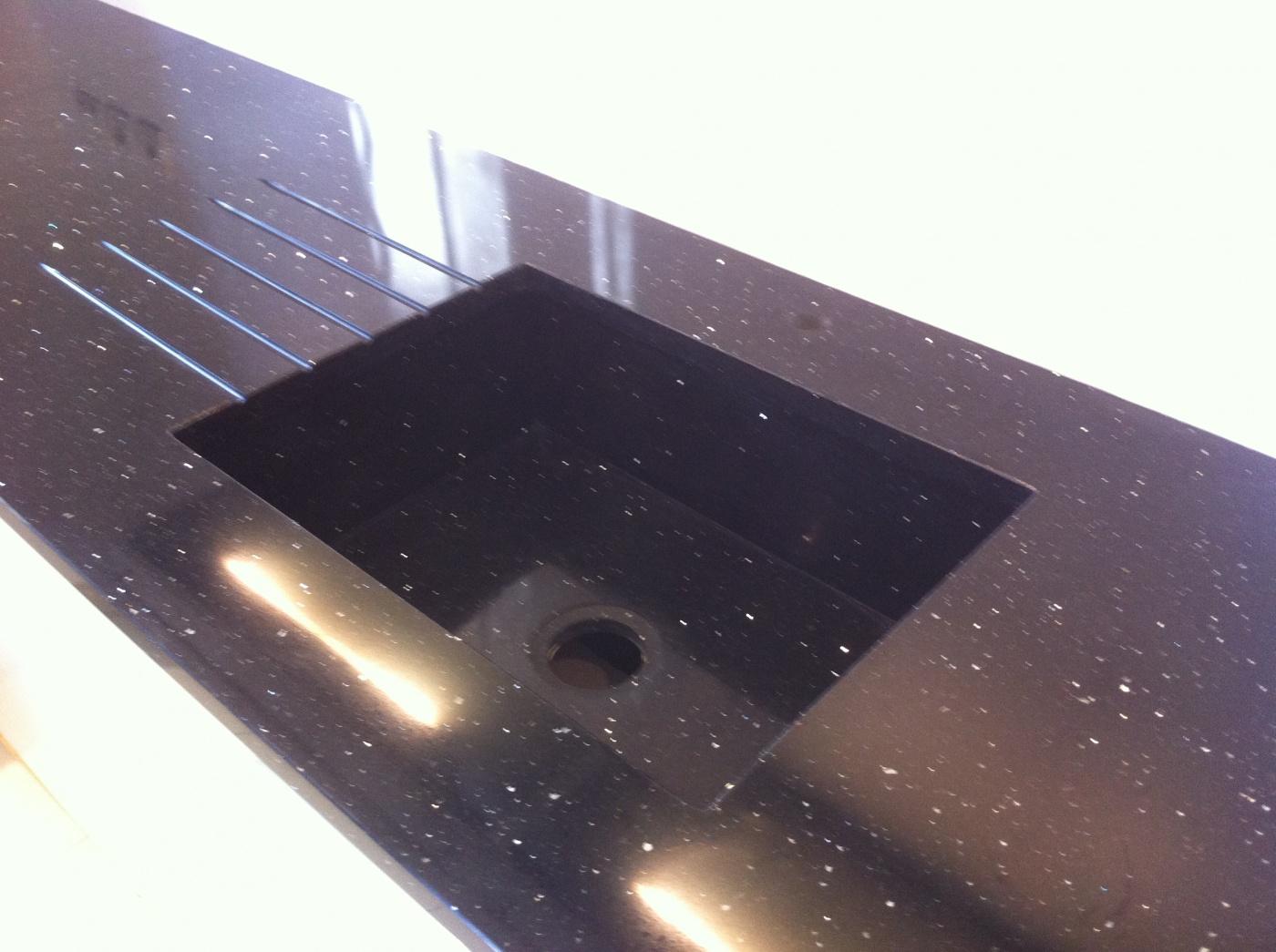 Plan de travail avec vasque intégrée et rainuarage égouttoir en Quartz Negro Luciente (noir à paillette) Projet réalisé à Six Fours Les Plages (83)