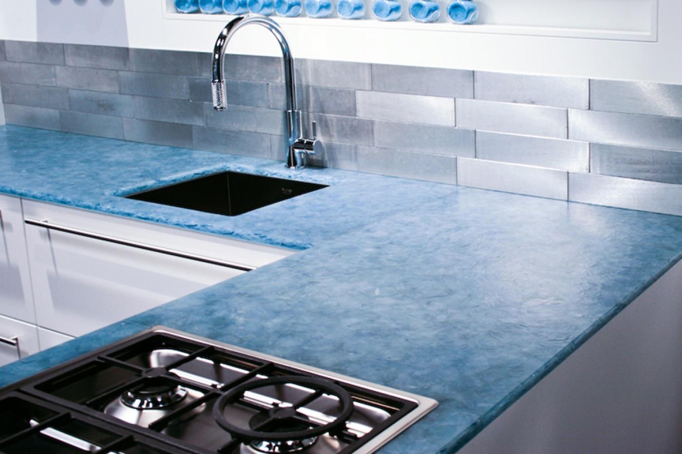 Plan de travail de cuisine sur mesure en verre pantiné  Ocean blue Magna patinated