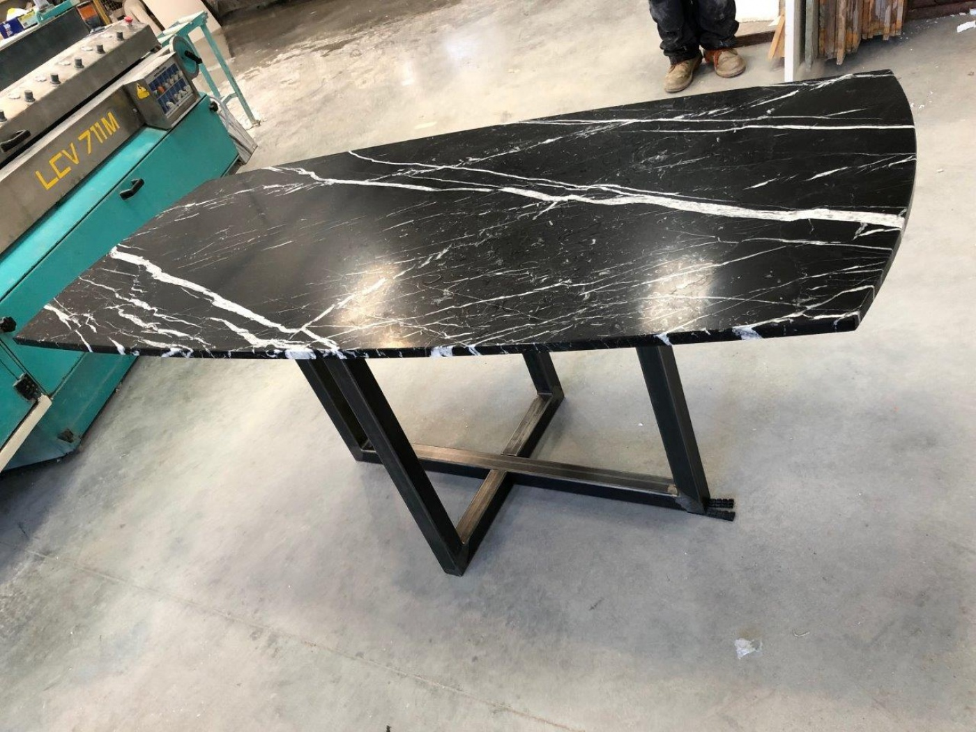 table design forme biscuit en marbre noir mat